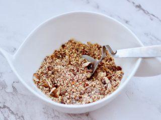 全麦果仁红糖华夫饼,核桃仁用绞肉机绞碎,不要搅的太碎,还是有点颗粒感好吃哈,搅碎的核桃仁里加入红糖和面粉混合搅拌均匀即可。