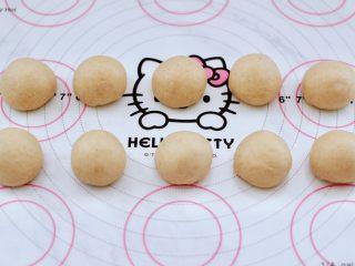 全麦果仁红糖华夫饼,把小剂子揉圆后,静置松弛20分钟。