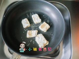 10个月以上辅食上校鸡块,锅里放一点油,鸡块两面煎金黄色