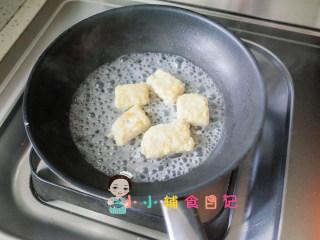 10个月以上辅食上校鸡块,锅里加一点水稍微煮一下烧干就熟了,蘸面包糠也可以用烤箱烤,面粉的话还是煎比较好