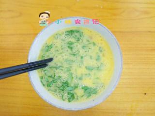 12个月以上辅食小黄人厚蛋烧,加入青菜跟鸡肉丁打散