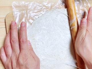香酥牛肉饼,飞饼皮从上至下擀成椭圆形,略比宽度长1/4即可。