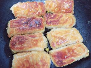 香酥牛肉饼,大约8分钟,锅底的水焖干后,将肉饼翻面,小火煎3分钟。