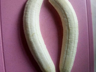 香蕉船,香蕉剥皮,对半切开。