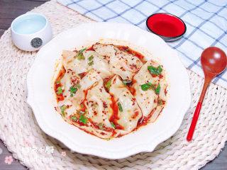 酸辣馄饨,将馄饨捞入碗中,搅拌均匀,红红的辣椒油和香菜小葱就飘起来了,颜色好看极了!