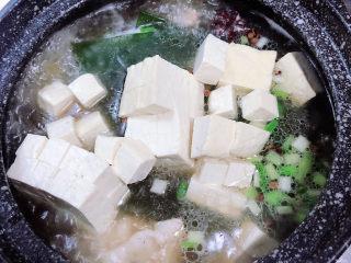 海带骨头汤,再放入豆腐块儿,轻轻搅拌均匀。盖盖儿,小火儿慢炖20分钟。