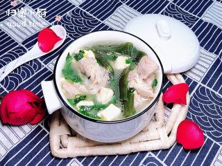 海带骨头汤,鲜美到汤都不剩下,全部吃干净哟!快来试试看吧。