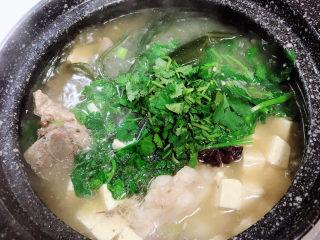 海带骨头汤,关火了,撒上香菜搅拌均匀。