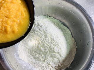彩色猪肉酸菜大馅水饺🥟,150克的饺子粉加入100克的南瓜泥