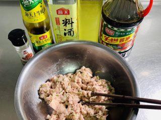 彩色猪肉酸菜大馅水饺🥟,将搅打好的猪肉馅料加入料酒、酱油、蚝油、十三香、玉米油搅拌均匀。