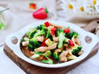 西兰花溜鸡肉条,下饭又美味好吃。