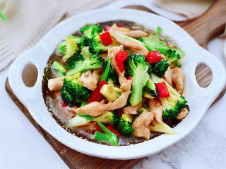 西兰花溜鸡肉条,鲜香味浓郁的西兰花溜鸡肉条出锅咯。