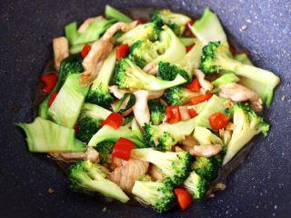 西兰花溜鸡肉条,看见锅中汤汁浓稠时,即可关火。