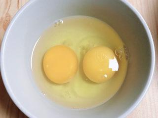 芙蓉鲜蔬汤,鸡蛋打入碗中,入锅前再打散即可。