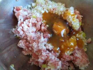 鱼香茄盒,倒入葱姜末,
