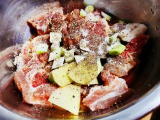 蒜香排骨,再加入胡椒粉,盐,鸡精