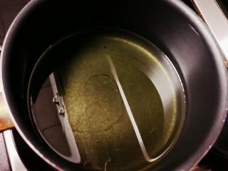 蒜香排骨,锅中倒油