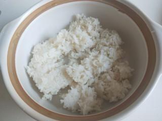 广式煲仔饭,米饭提前蒸八成熟放入砂锅。