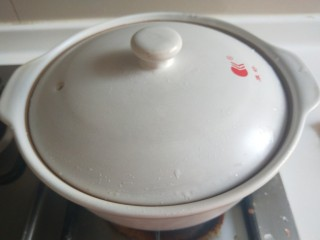 广式煲仔饭,盖上盖子小火煮全熟。