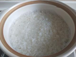 广式煲仔饭,米饭冒泡打开可以加料了。