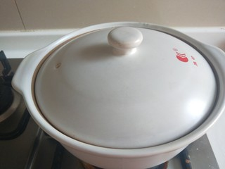 广式煲仔饭,在此盖上盖子焖五分钟。