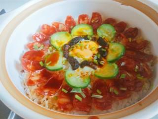 广式煲仔饭,把调好的汁淋到食材上即可食用。