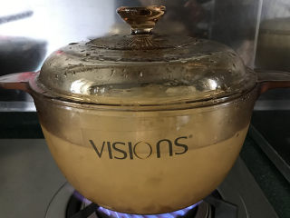 桃胶皂角米雪燕红枣银耳羹,加盖大火,煮开后转小火慢炖20分钟;期间注意不要溢锅