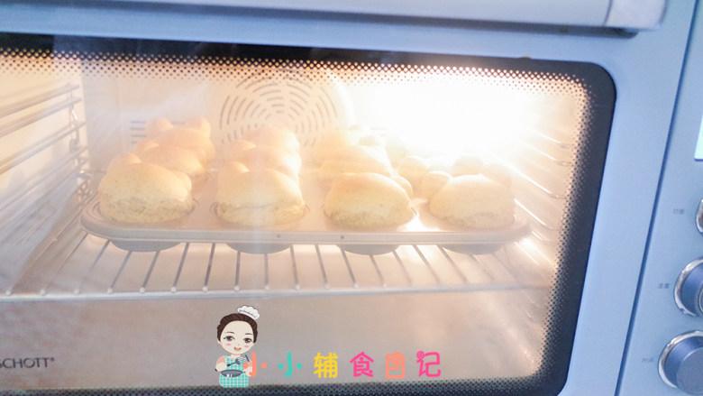 12个月以上辅食小熊汉堡,预热好后把面包放入烤箱