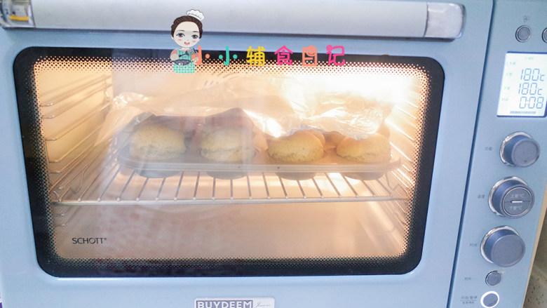 12个月以上辅食小熊汉堡,大概烤10分钟表面上色就要盖锡纸继续烤10分钟,也就是180度总共烤20分钟就熟了,自己把握一下烤箱的时间跟温度