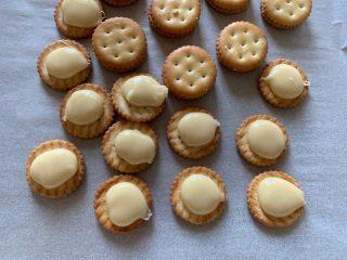 超级拉丝牛轧饼干,这么简单,快做起来吧糖浆挤在饼干上
