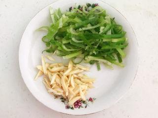 青椒炒猪肚,大葱和大蒜切成丝