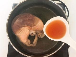青椒炒猪肚,加入料酒
