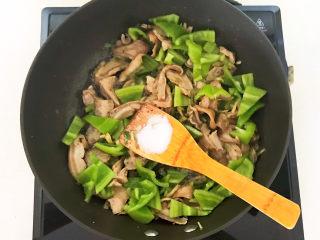 青椒炒猪肚,翻炒均匀,加入精盐调味,加入水淀粉
