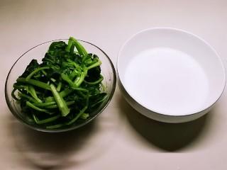 广州肠粉,菠菜焯水  肠粉粉加入150克清水搅拌 静置15分钟