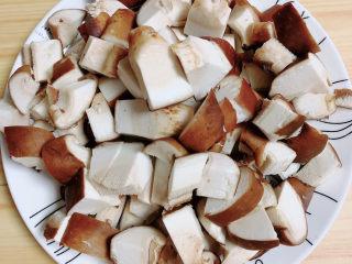 家常卤肉饭,将香菇切小块待用。