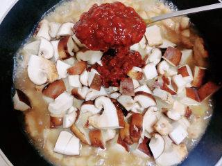 家常卤肉饭,再加入两勺黄豆酱,翻炒均匀。