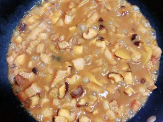 家常卤肉饭,五花肉和香菇炖好了,酱汁颜色非常好看。不需要太干,留一些汤拌饭非常好吃。
