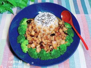 家常卤肉饭,浇上做好的卤肉,米饭上撒上一些熟的黑芝麻。一盘荤素搭配、营养美味的酱烧卤肉饭就做好了。