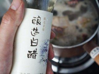茶树菇炖鸡,我们想要的味道!,加入白醋。(焯肉时加白醋可去腥且炖出的肉质更加软烂哦~)