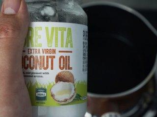 茶树菇炖鸡,我们想要的味道!,热锅,加入椰子油。