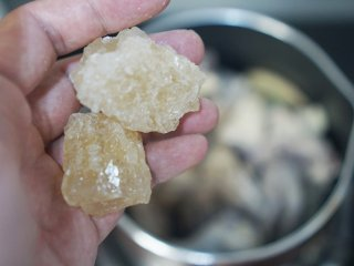 茶树菇炖鸡,我们想要的味道!,加入黄冰糖。