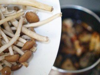 茶树菇炖鸡,我们想要的味道!,翻炒一下,使鸡肉均匀裹上调味料,倒入150克的水。