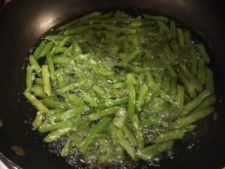 爆炒豆角,豆角煮熟捞出来。