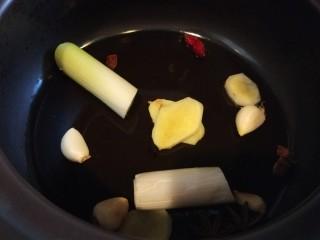 家常卤肉饭,放入砂锅中。