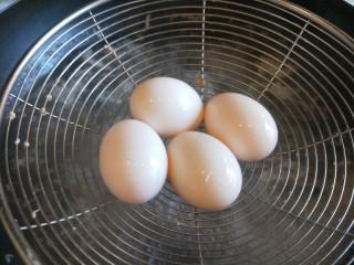 家常卤肉饭,在用煮肉水煮四个盒子蛋。