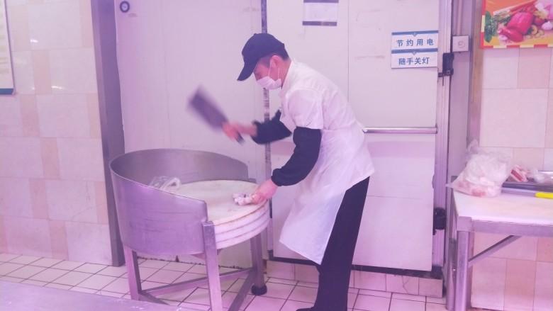 白萝卜羊肉汤,叫服务员就手给剁成两半。