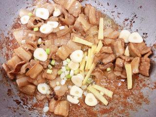 爆炒豆角,放入葱姜蒜翻炒。