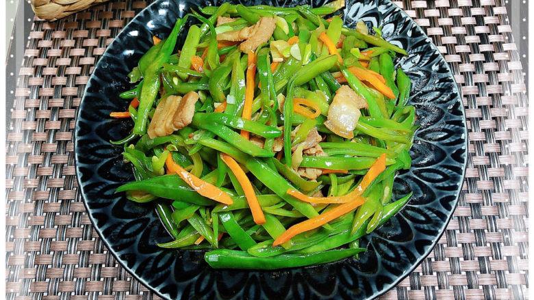 爆炒豆角,一盘营养丰富的爆炒豆角就上桌了!颜色绿油油的很诱人!