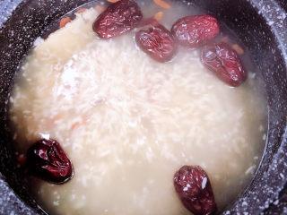 鸡蛋醪糟汤,大约炖煮20分钟,当归熬制出浓郁的味道。