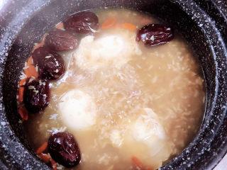 鸡蛋醪糟汤,打开盖儿,鸡蛋独立浮起,搅拌醪糟汤。